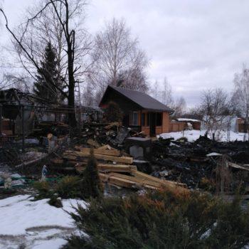 Процесс расчистки участка после пожара в малино Ступинского района