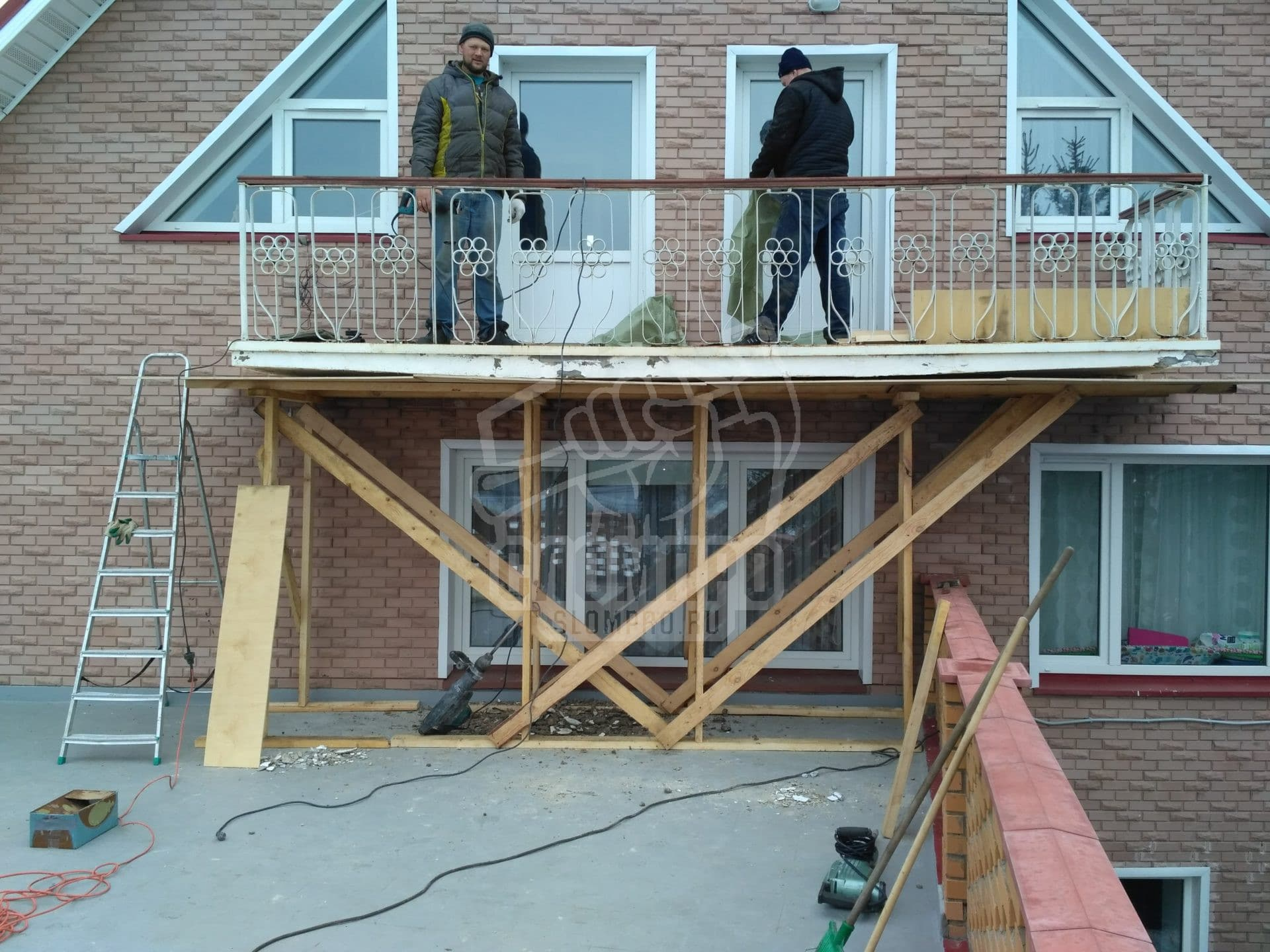Установлено переопирание и защитный короб при демонтаже балкона