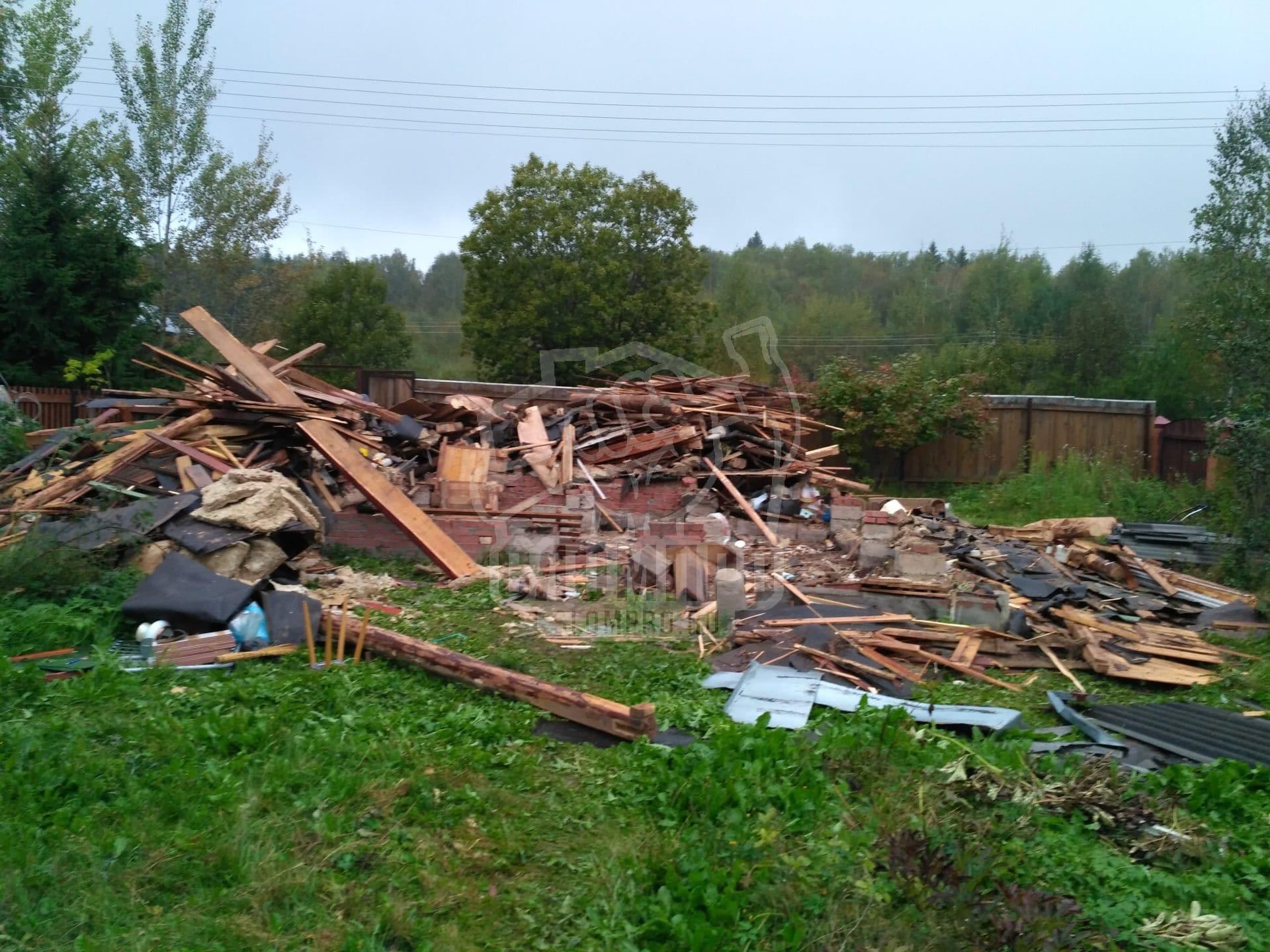 Строительный мусор на участке после демонтажа