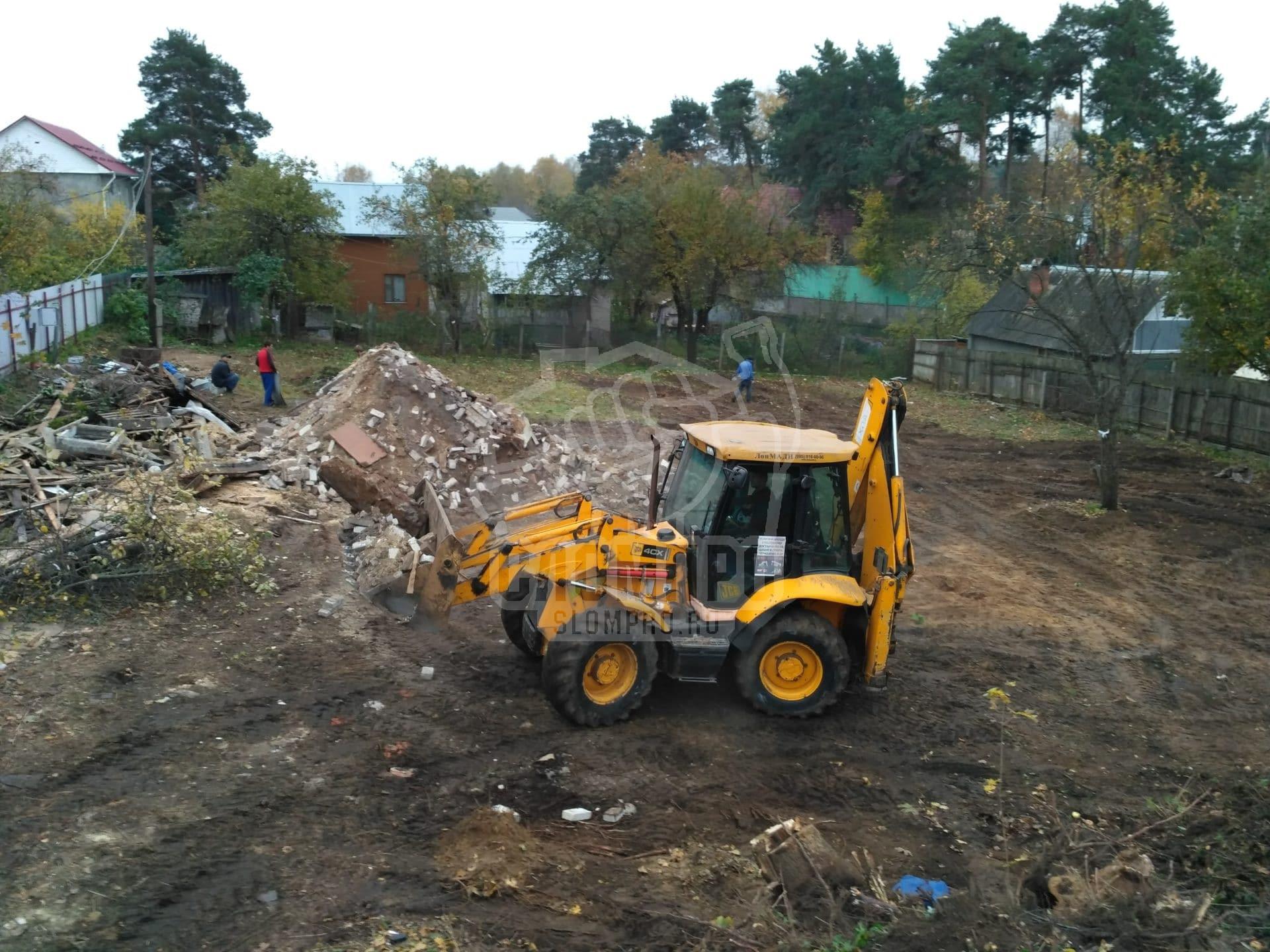 Процесс вывоза строительного мусора самосвалом-погрузчиком