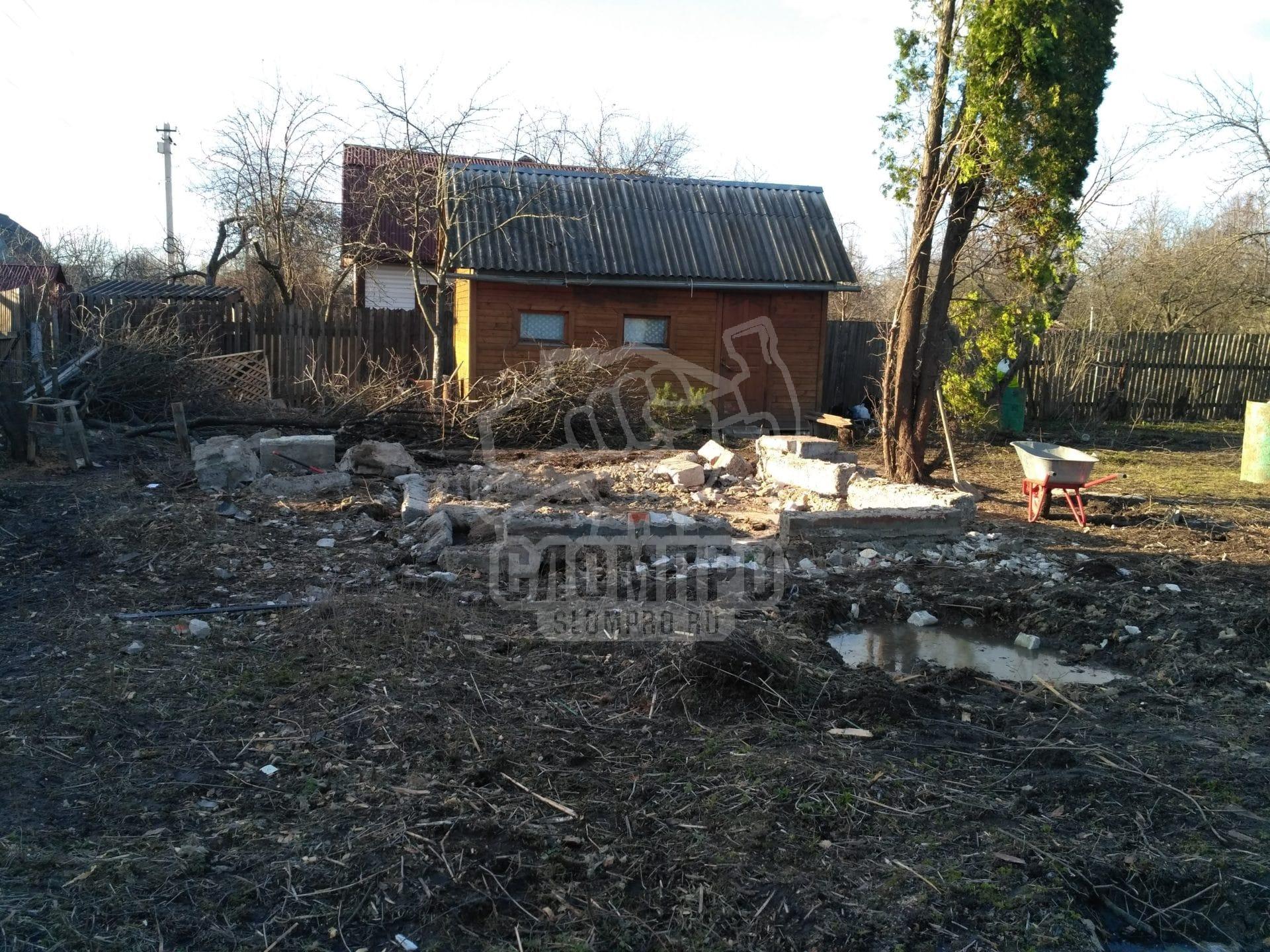 Ленточный фундамент строения после демонтажа