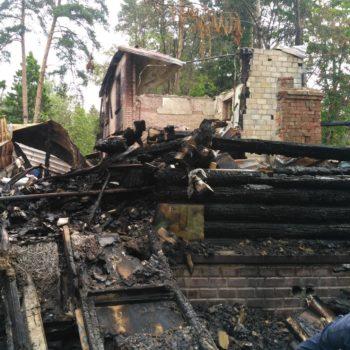 обгоревший и обваленный брус после пожара