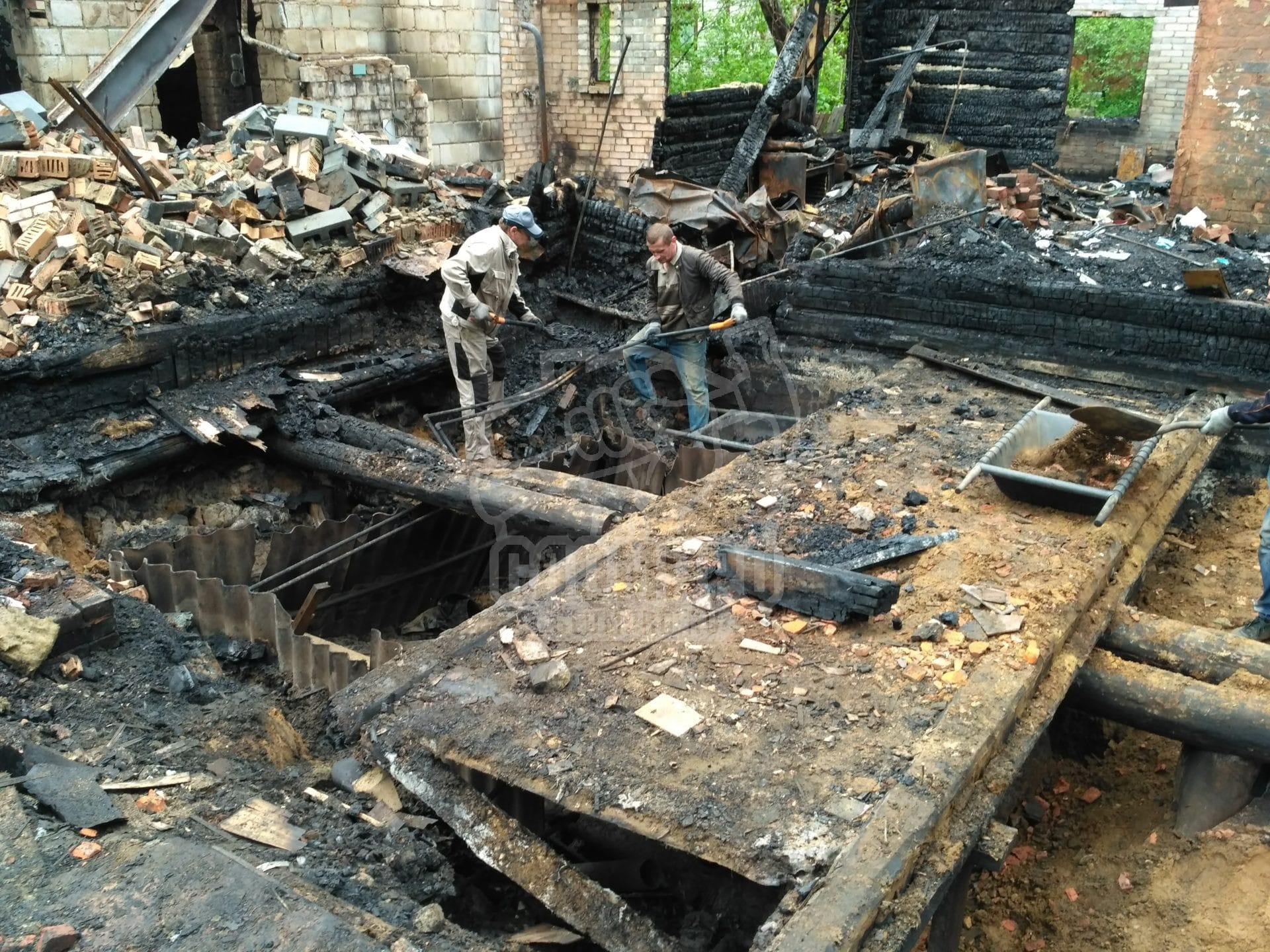 Проваленный пол дома после пожара