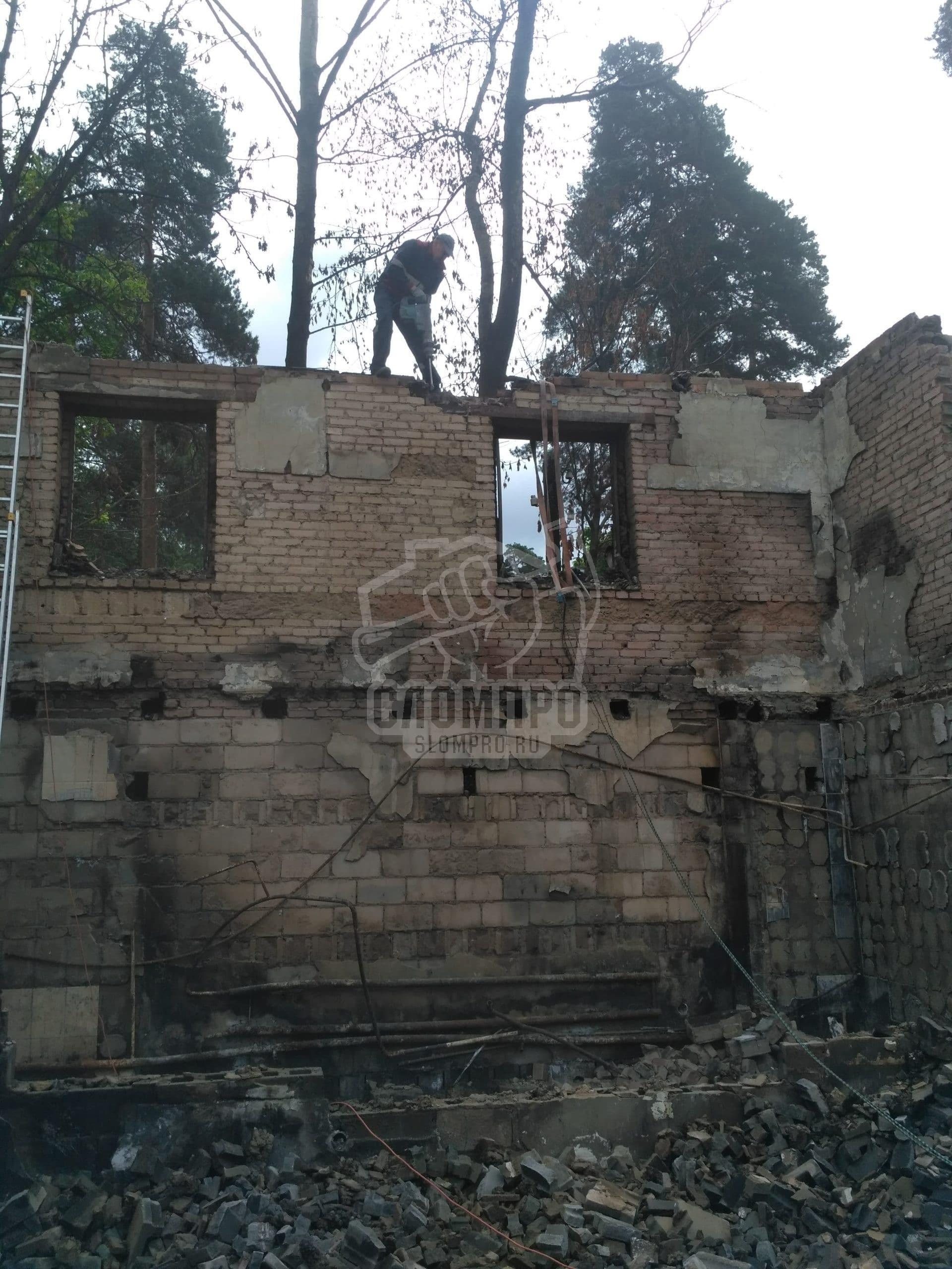 Ручной демонтаж кирпичной кладки дома