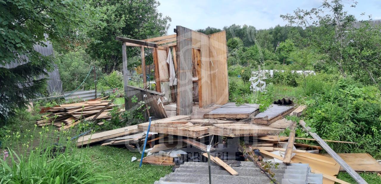 Процесс демонтажа садового дома