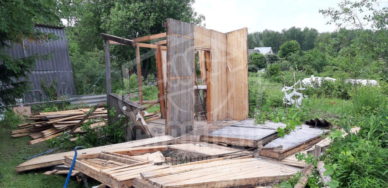 Процесс демонтажа каркасного садового домика