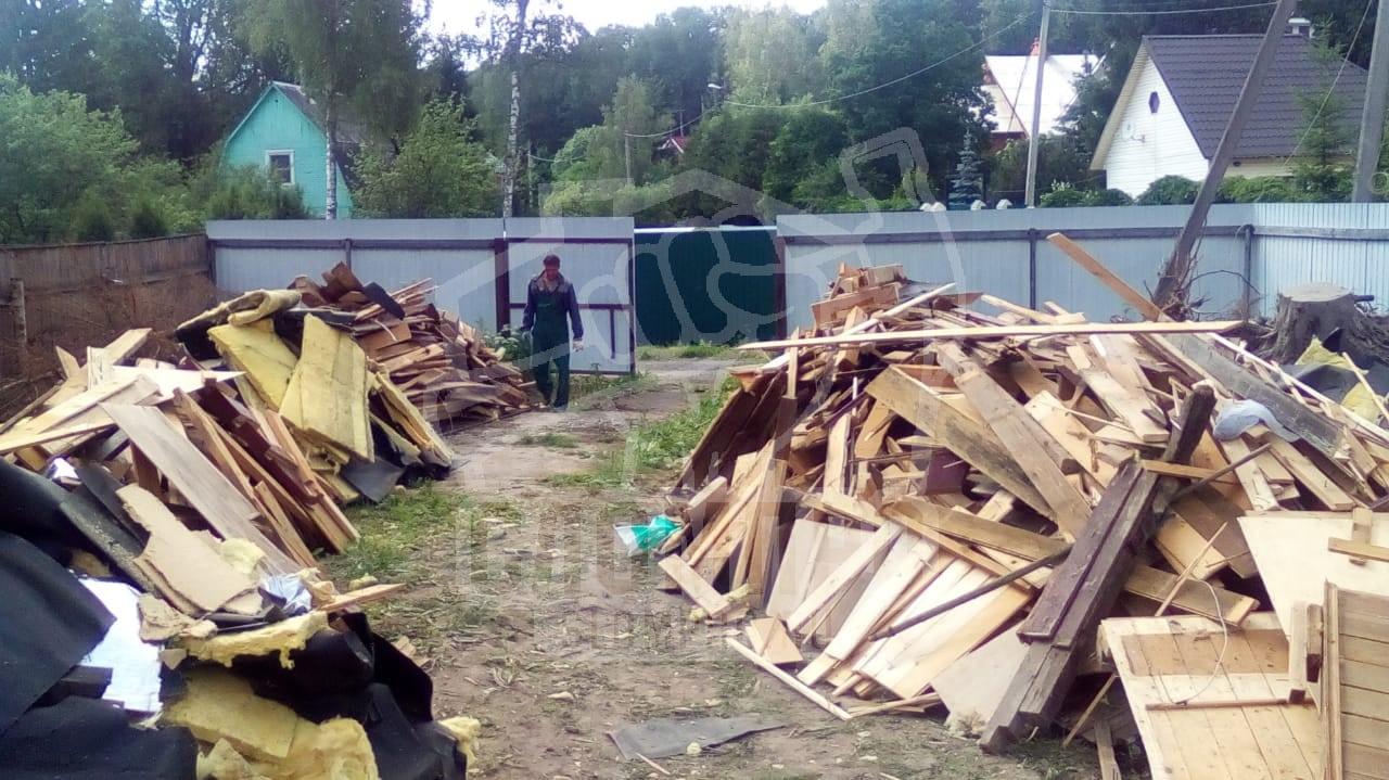 Строительный мусор после разбора каркасного строения