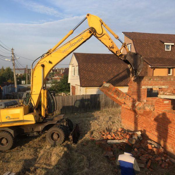 Демонтаж кирпичного дома при помощи экскаватора