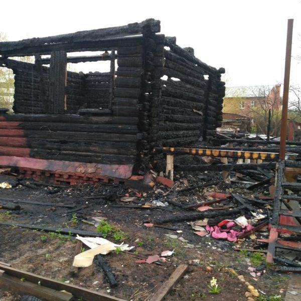 Остатки сгоревшего дома которые будут демонтированы