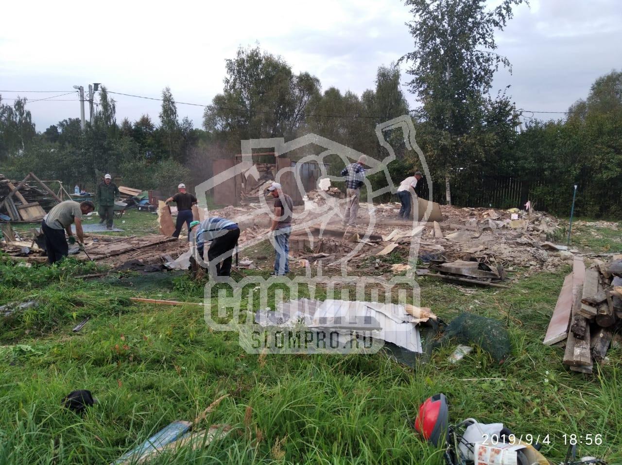Сбор мусора при демонтаже деревянных построек