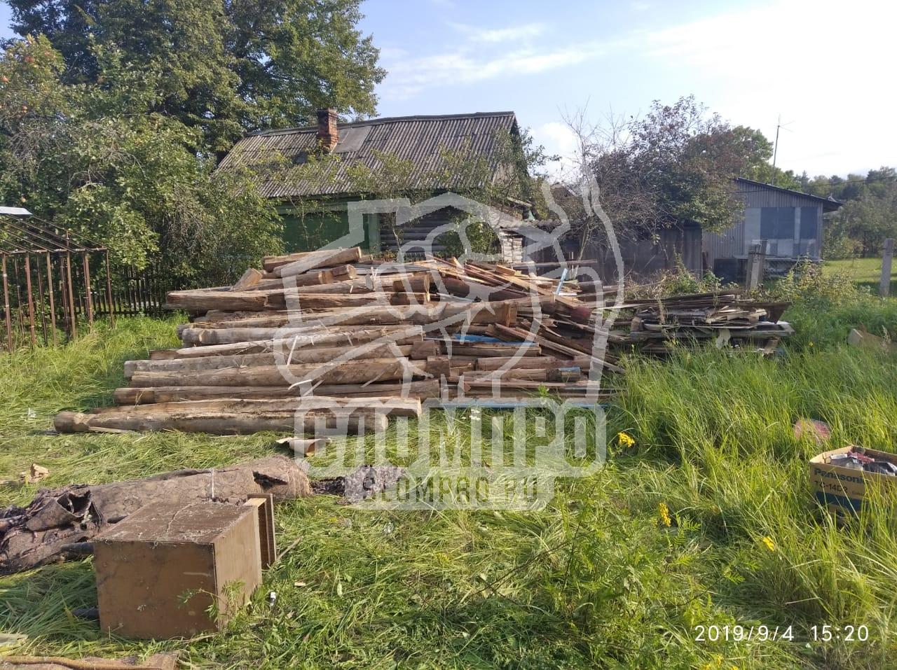 Складирование дров после демонтажа дома