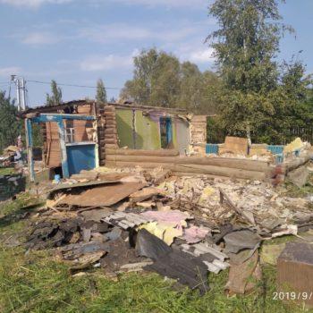 Сломали стены бревенчатого дома