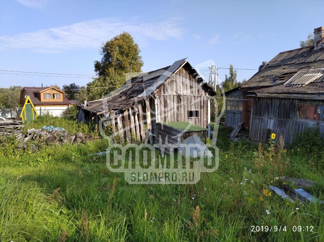 Начало демонтажных работ на болььшом деревянном доме