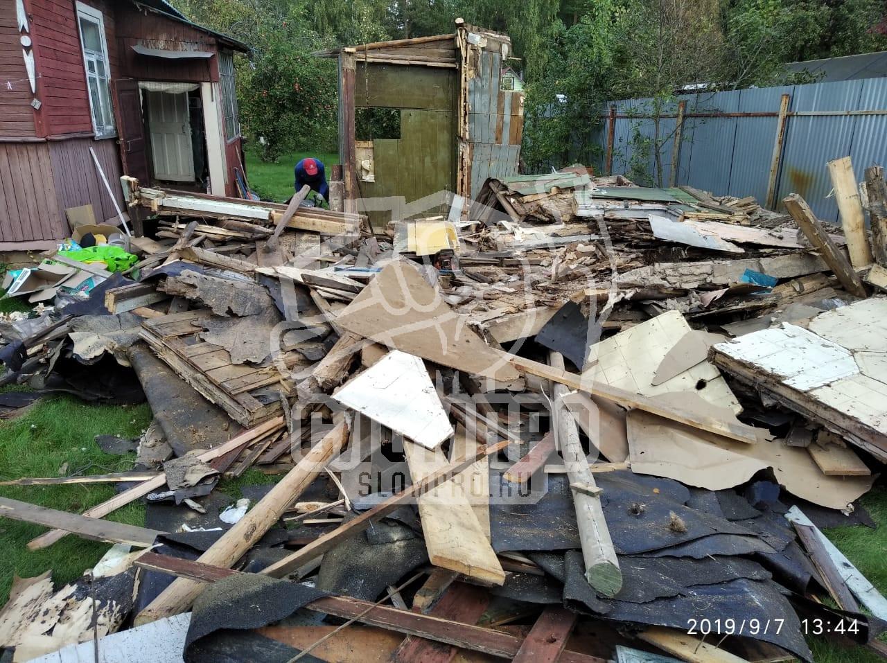 Сломали стены садового домика.