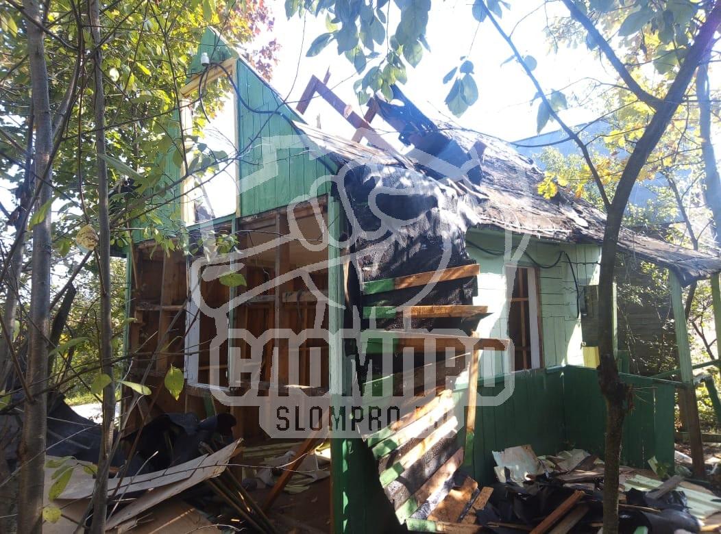 Демонтаж кровли и обшивки стен каркасного дома.