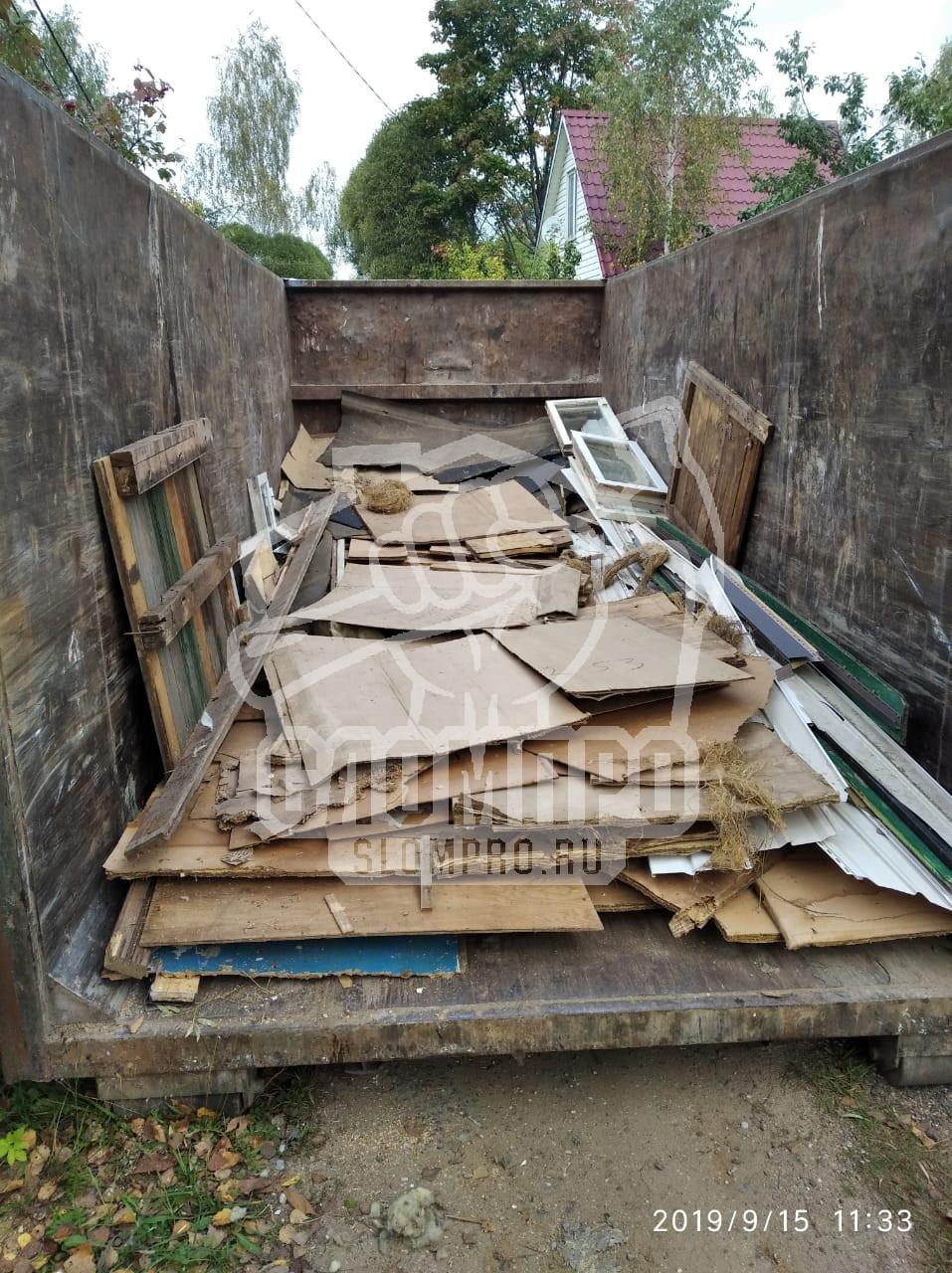 Процесс ручной погрузки мусора в контейнер 27м3