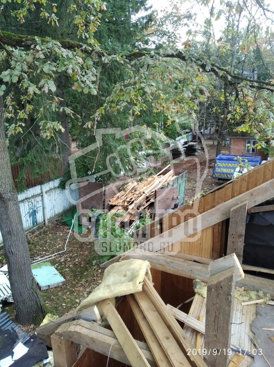 Демонтаж деревянного дома.