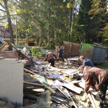 Погрузка строительного мусора после демонтажа дома.
