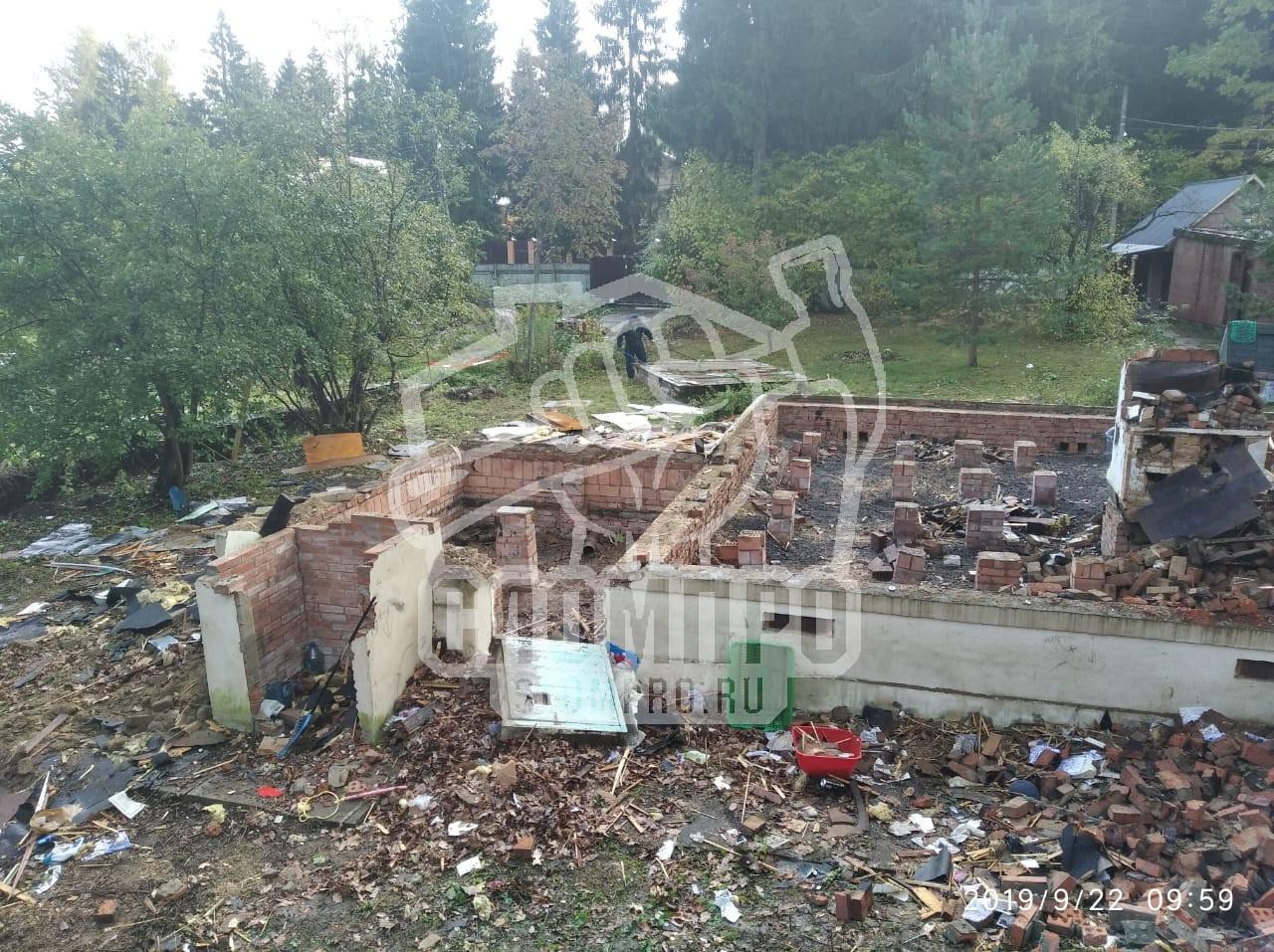 Фундамент дома до начала демонтажных работ