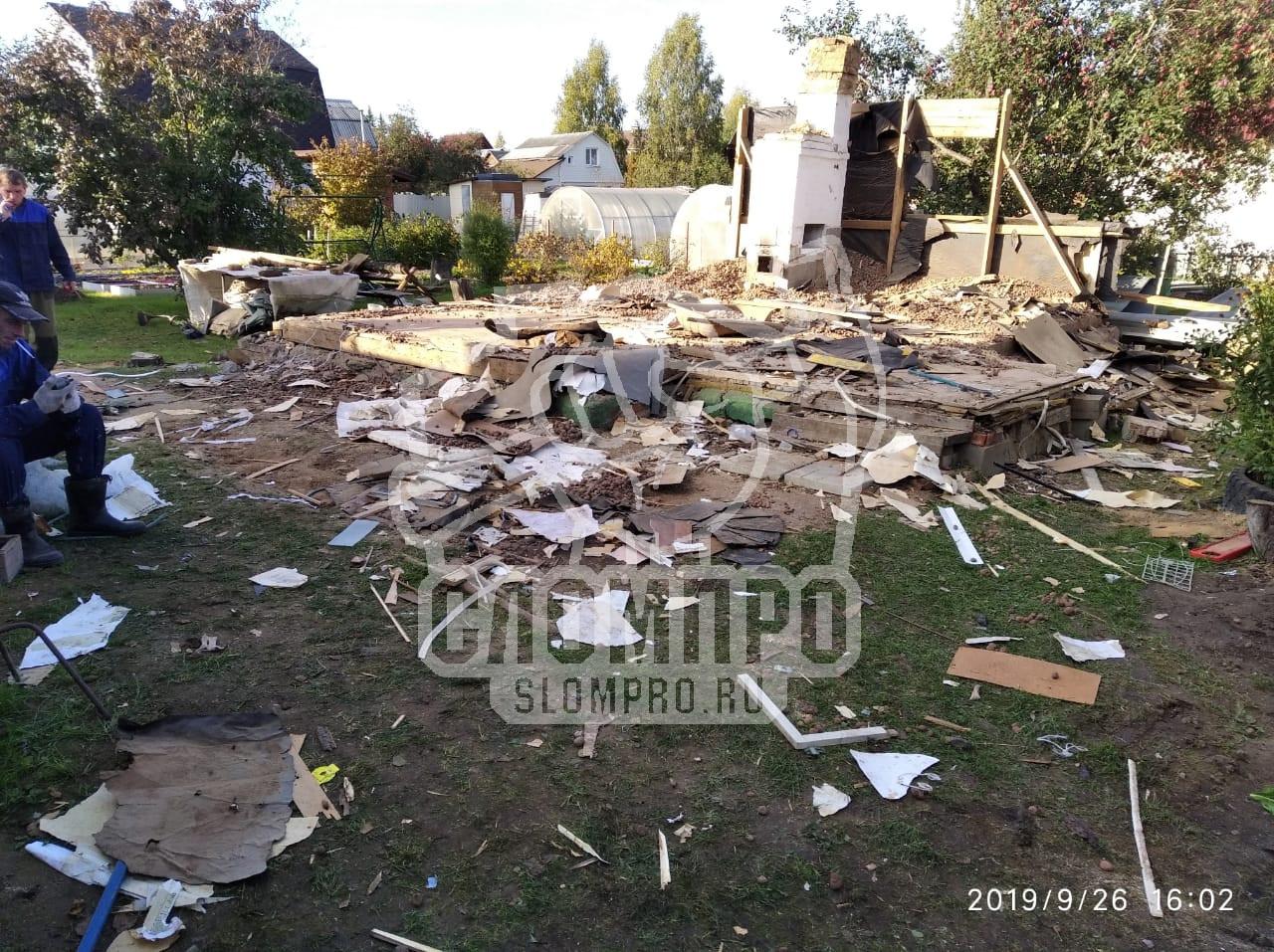 Процесс разрушения стен частного дома.