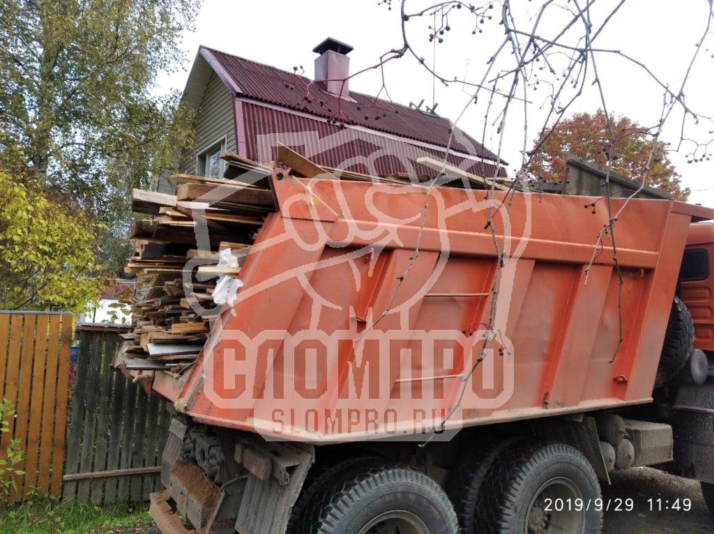 Загруженный строительный мусор в самосвал