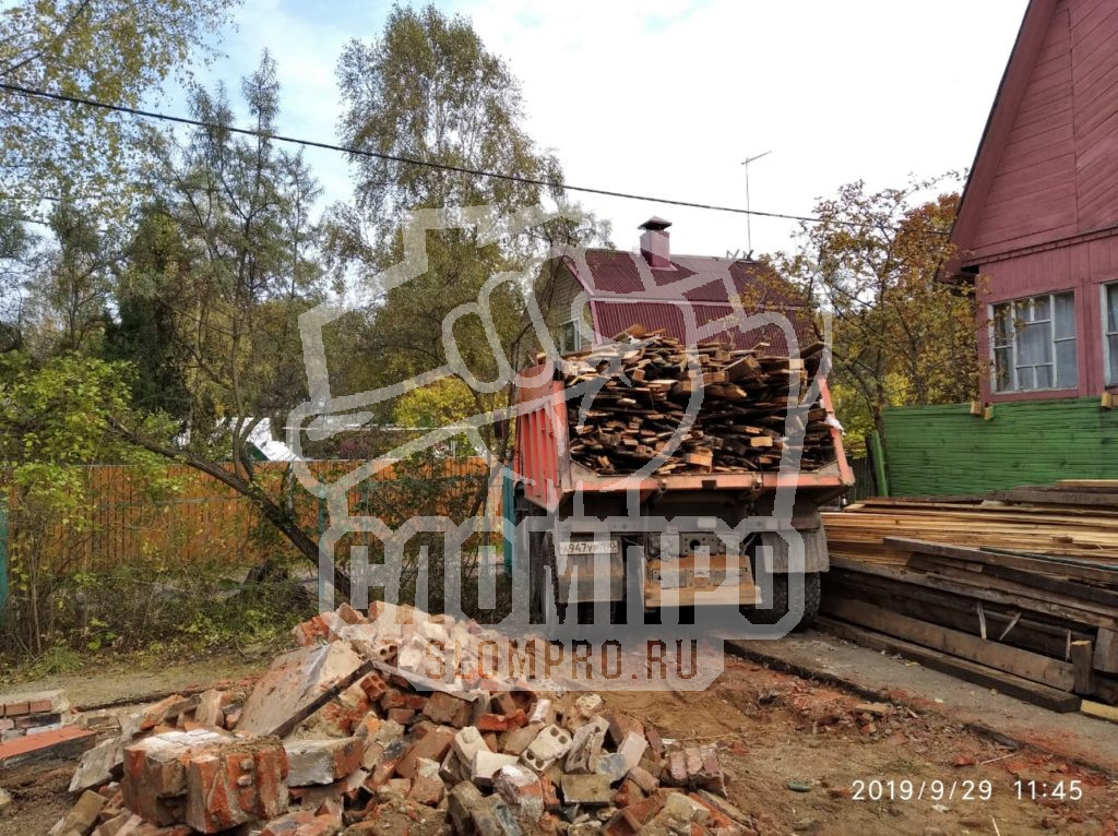 Процесс вывоза строительного мусора самосвалом