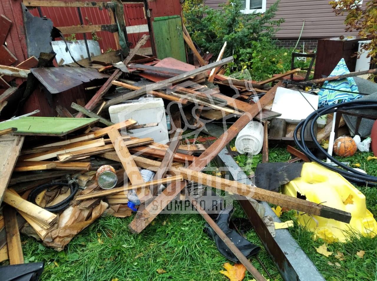 Строительный мусор после демонтажа сарая