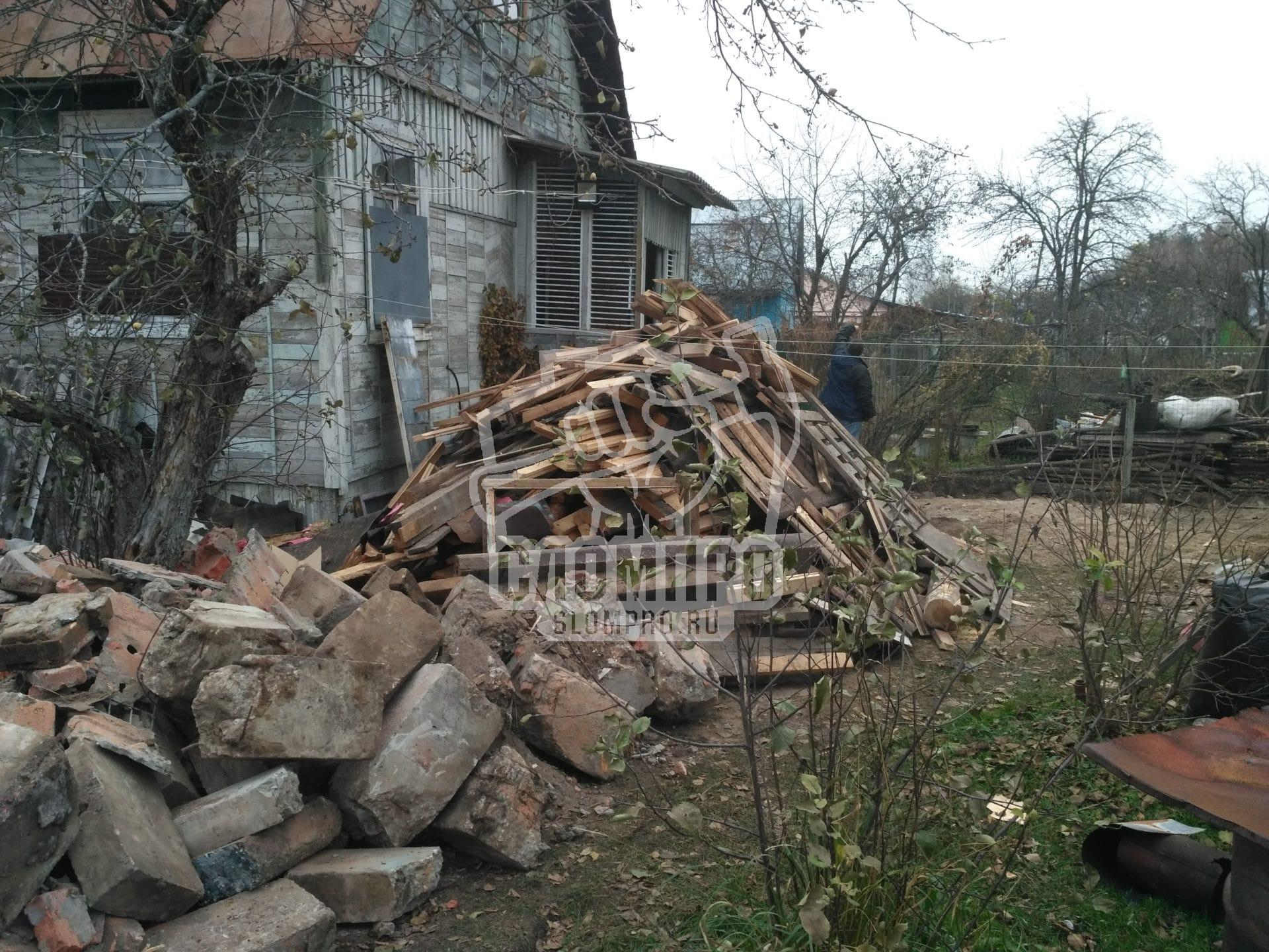 Складированный строительный мусор