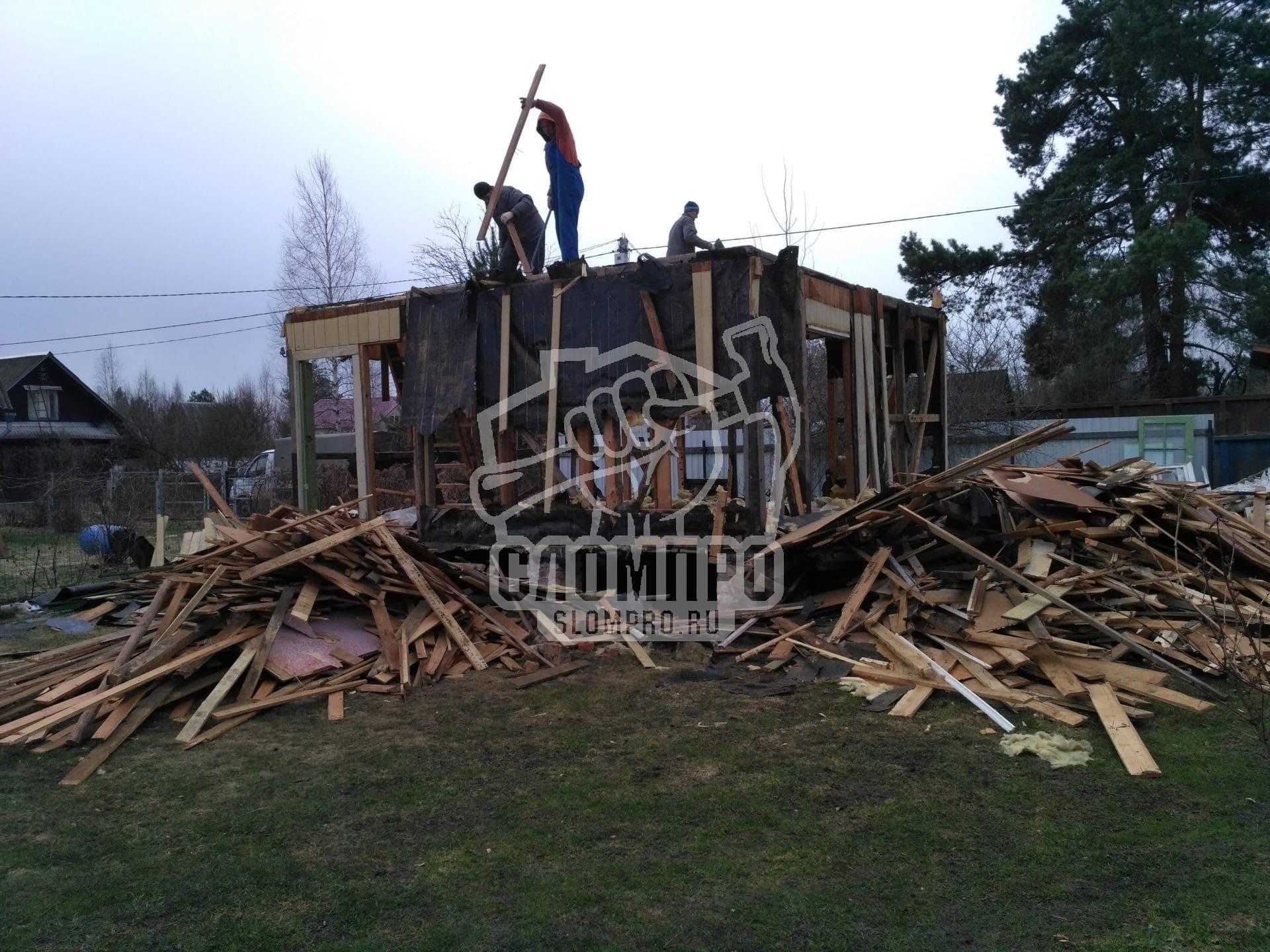 Процесс демонтажа первого этажа деревянной дачи