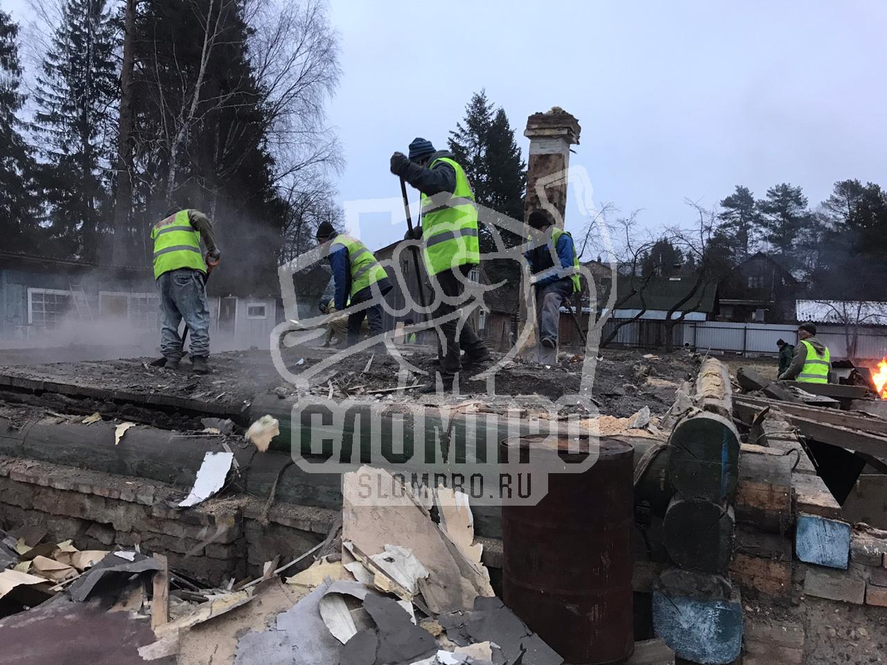 Процесс демонтажа пола деревянного дома