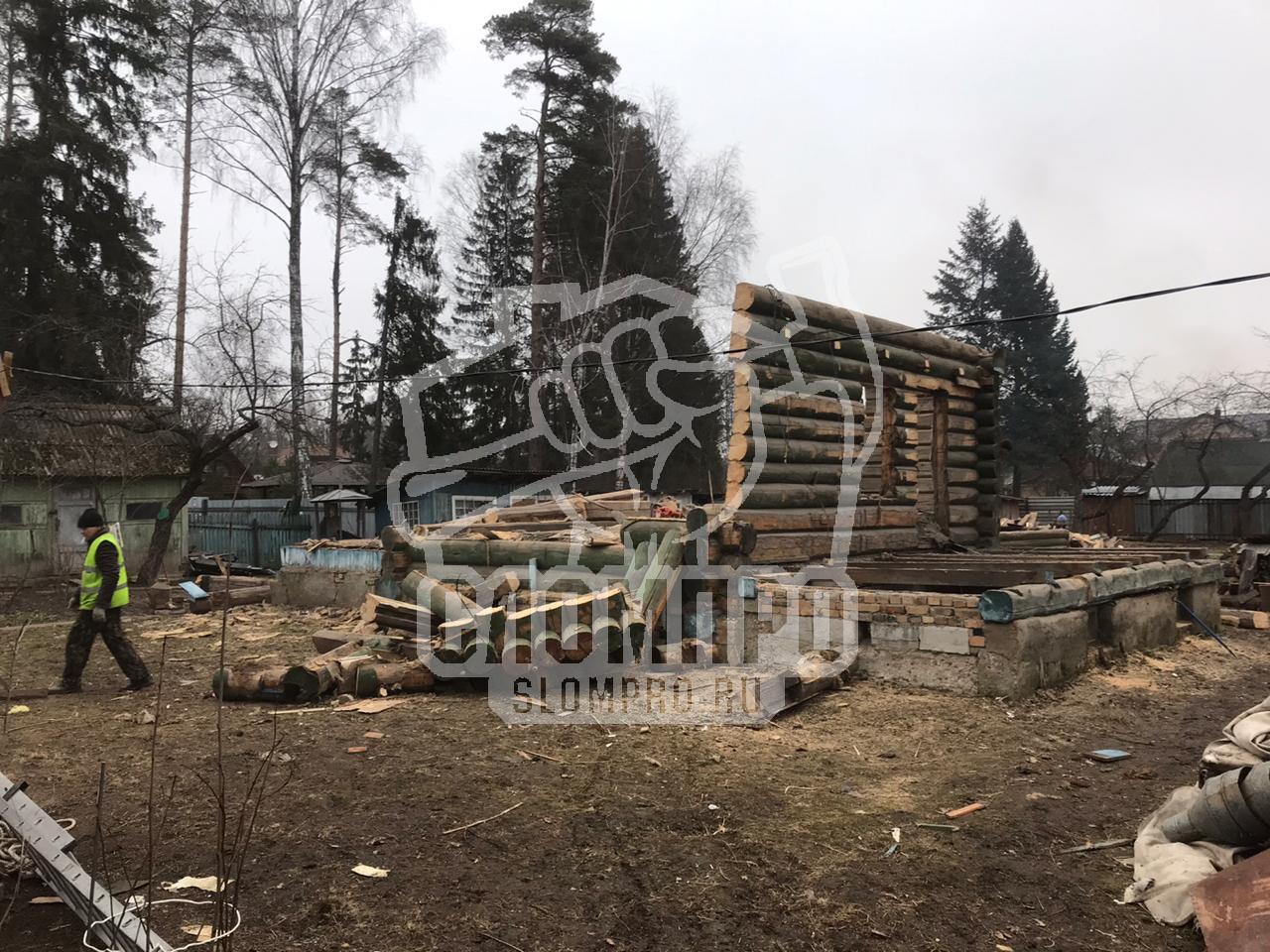 Снос бревенчатого дома в Москве