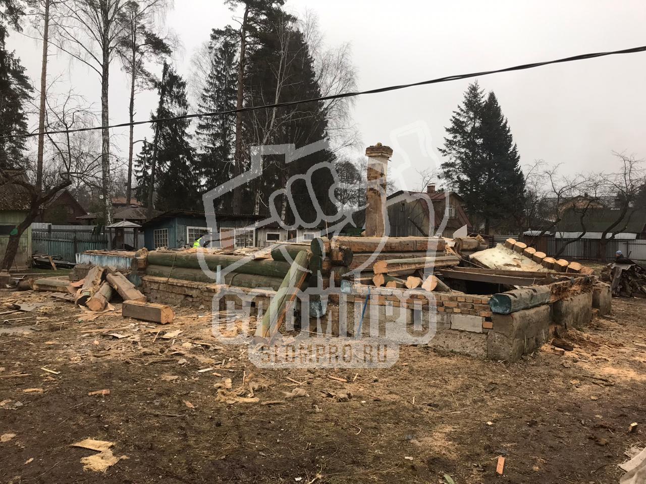 Процесс демонтажа бревенчатого дома