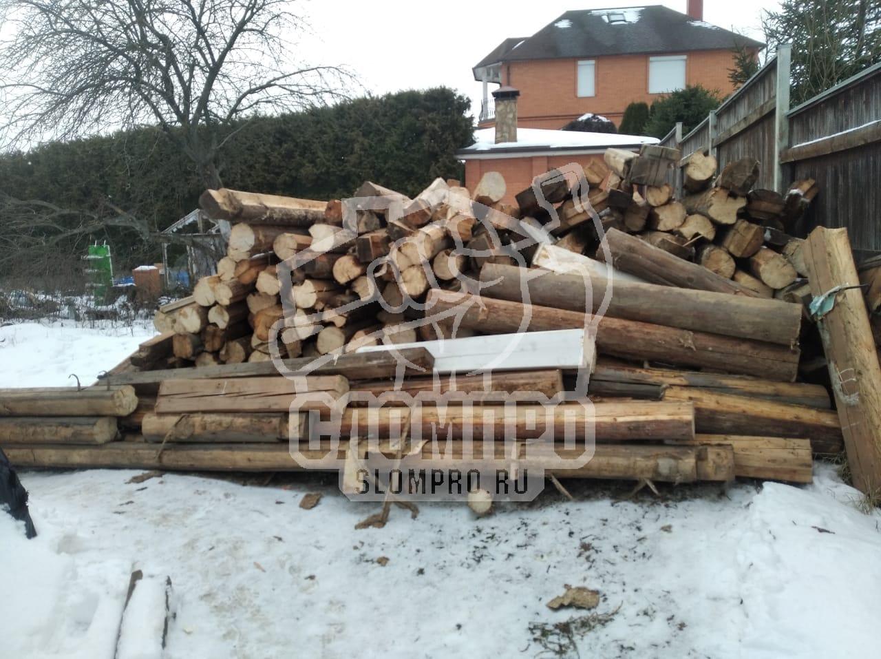 Деревянные бревна складированные на участке