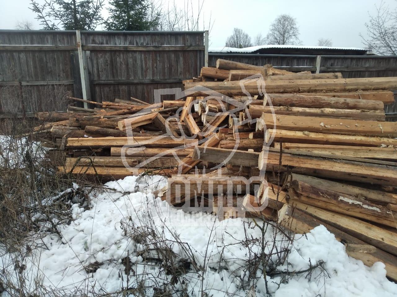 Складированные бревна на участке после демонтажных работ
