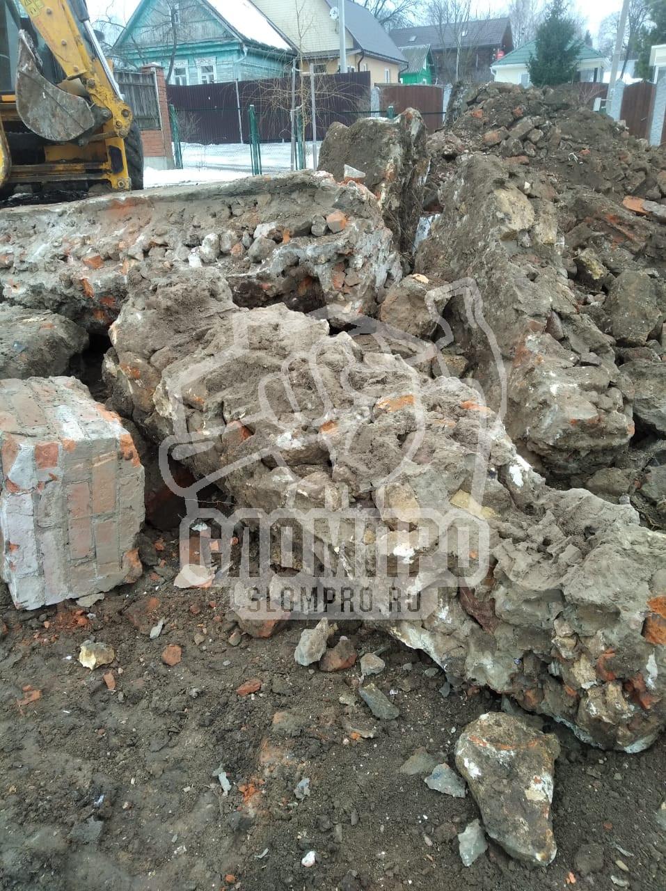 Демонтированный фундамент на участке